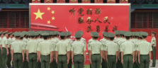 Die Soldaten machen sich bereit für die Fahnenzeremonie auf dem Tienanmen-Platz
