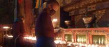 Heilige 'Fliessbandarbeit': Mönche unterhalten die Yak-Butterlämpchen im Kloster Sakya