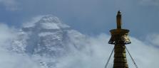 Mt. Everest und Spitze der Stupa des Klosters Rombuk