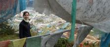 Nina im Gebetsfahnenmeer auf einem Hügel oberhalb Shangri-la