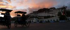 Der mäjestätische Potala Palast in Lhasa kurz nach Sonnenuntergang