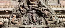 Eines von vielen Holzreliefs in der Stadt Bhaktapur