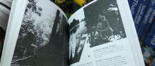 Blick auf die farbigen Seiten in eines kopierten Lonely Planet