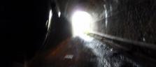 Mit dem Töffli im Tunnel der ehemaligen Eisenbahnlinie