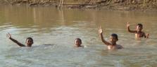 Abendlicher Badespass im Stung Sangker-Fluss in der Nähe von Battambang