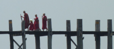 Mönche auf der U-Bein-Brücke, der längsten Teakholz-Brücke der Welt
